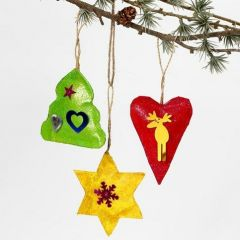 Bemalte Weihnachtsaufhänger mit Glitzer und Pailletten