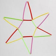 Ein Stern aus farbenfrohen Bastelhalmen