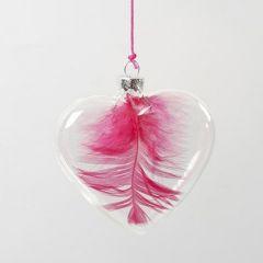 Eine Feder in einem Herz aus Glas mit Neon-Aufhängeband