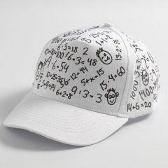 Schwarze Textildekoration auf weißer Kappe