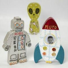 Bemalte und verzierte Pappmaché-Rakete mit Aliens