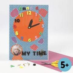 Eine Uhr aus Colorbar-Karton mit Moosgummi-Zahlen