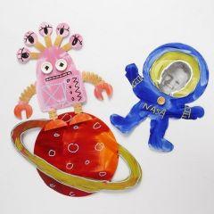 Ein Planet, Alien und Astronaut, bemalt und verziert aus gestanztem Karton