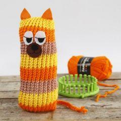 Eine Streifen-Katze, gestrickt mit einem Strickrahmen