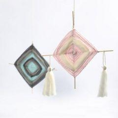 Ein Mobile aus eingewebten Blumenstäben mit Quasten