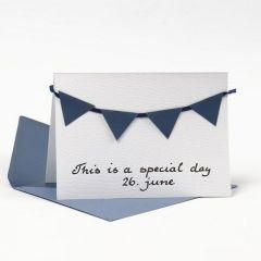Eine Grußkarte mit Umschlag, dekoriert mit blauer Wimpelkette aus strukturiertem Papier