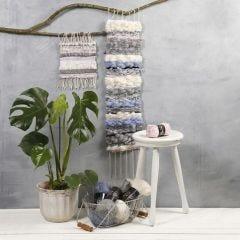 Ein langer Wandbehang, gewebt mit gemischten Materialien