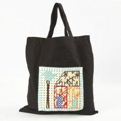 Eine Einkaufstasche mit Stickereien auf Bastelfilz mit Löchern