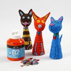 Bemalte und geschmückte Tiere aus Schaumstoff und Gips-Bandagen