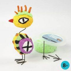Ein Vogel aus mit Foam Clay verzierten Styropor-Eiern und Metallbeinen