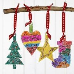 Hängende Weihnachtsdekorationen aus Karton, verziert mit Markern und Pailletten