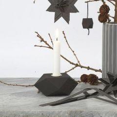 Ein schwarz lackierter geometrischer Kerzenhalter