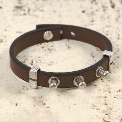 Ein Armband aus Lederband mit Nieten