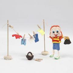 Figur und Wäscheleine mit aufgehängter Wäsche aus Silk Clay