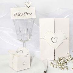 Hochzeits-Dekoration mit Herz-Stickern und Strasssteinen
