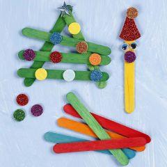 Weihnachtsfiguren aus bemalten und verzierten, Holz-Eisstäbchen