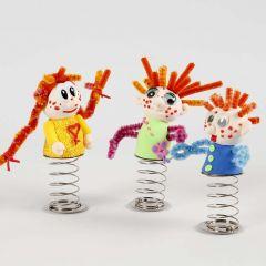 Kleine Puppen aus Silk Clay auf einer Sprungfeder