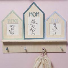 Garderobe mit Zeichnungen in lustigen Rahmen