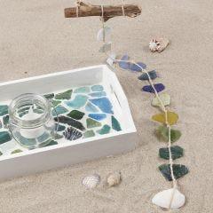 Bemaltes und mit Mosaiksteinen verziertes Tablett