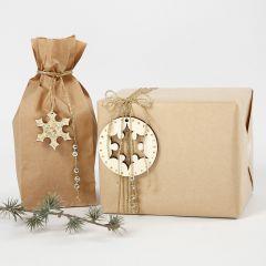 Geschenkverpackung mit goldenen Deko-Elementen