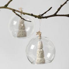Weißer Weihnachtsbaum in einer Glaskugel ohne Boden