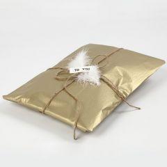 Weihnachtliche Verpackung mit goldenem Seidenpapier
