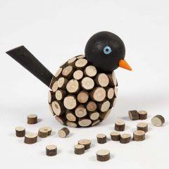 Bemalter Holzvogel aus Holzscheiben mit Rinde