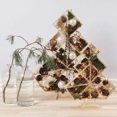Weihnachtsbäume - geformt aus offenen Holzelementen, gefüllt mit Kugeln, Zapfen, Zweigen und Lichtern