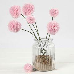 Blumen aus Pompons auf Stängeln aus Bonsai-Draht