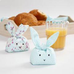 Mit Plastik-Pellets gefüllte Stoff-Häschen als Spielzeug oder Deko-Objekte