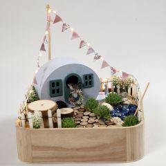 Miniatur-Szene 'Camping' auf einem Holztablett