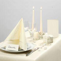 Festlich dekorierter Tisch in Creme
