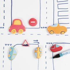 Autos und Straßenschilder, modelliert aus selbsthärtendem Ton