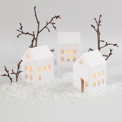 Mit LED-Teelichtern beleuchtete Häuser
