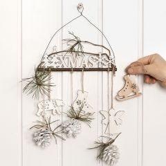 Türdeko aus Holz, dekoriert mit Zweigen und Zapfen