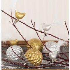 Glaskugeln und Glasvögel, verziert mit Glas- und Keramikfarbe und Federn