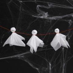 Gespenster aus weißem Seidenpapier mit schwarzen Augen