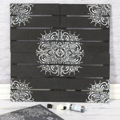 Wanddeko aus Holz, verziert mit Ethno-Mustern