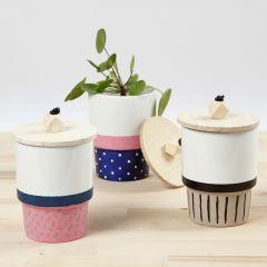 Porzellanbecher, verziert mit Porzellanfarbe und Holzdeckel