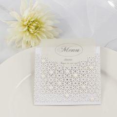 Menükarte für eine Hochzeit, gebastelt aus Spitzenkarton, Pergamentpapier und Halbperlen