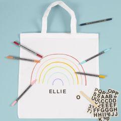 Mit Stoffmalstiften und Rub-on-Stickern gestalteter Stoffbeutel