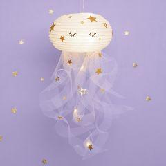 Leuchtende Qualle, gebastelt aus einer Reispapier-Lampe, Tüll und Stickern