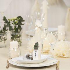 Tischdeko in Altweiß mit Papierblumen, Luftballons, zum Turm gefaltete Serviette und Platzkarten