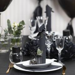 Tischdeko in Schwarz mit Papierblumen, Luftballons, zum Turm gefaltete Serviette und Platzkarten
