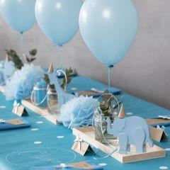 Dekoration für eine Taufe mit Holztieren, Servietten, Menükarte, Pompons und Helium-Ballons