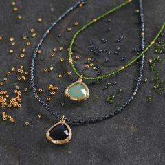 Kette aus Rocaille-Perlen mit Kristallstein-Anhänger