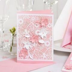 Einladung aus Karton mit Spitzenmuster und ausgestanzten Blüten mit 3D-Effekt