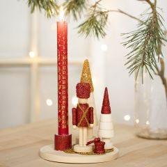 Kerzenständer, dekoriert mit Nussknacker, Weihnachtsbaum und Glasperlen