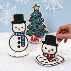 Schneemann und Weihnachtsbaum aus Holz, verziert mit Foam Clay