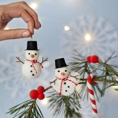 Anhänger: Schneemänner aus Foam Clay, Zuckerstangen und Beeren aus Silk Clay